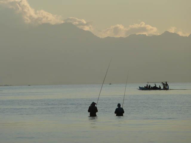 Angler am Strand von Bali Lovina
