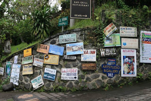 Zahlreiche Hinweisschilder zeigen den richtigen Weg